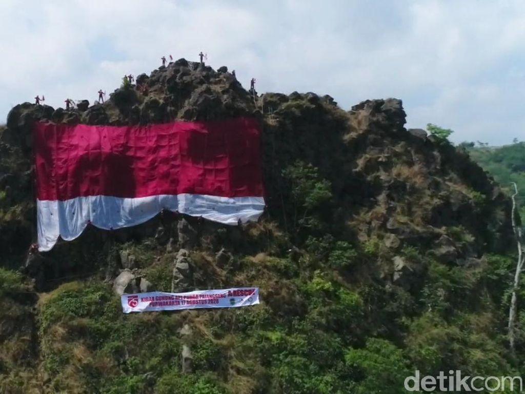 HUT RI ke-75, Bendera Raksasa Berkibar di Gunung Patenggeng Purwakarta