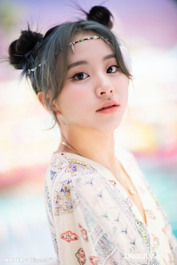 Terlihat cute dengan hairstyle space buns seperti Chaeyoung Twice.