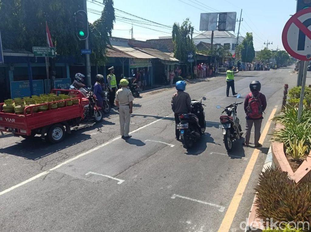 Saat Pengguna Jalan di Kota Pasuruan Sikap Sempurna di Detik-detik Proklamasi