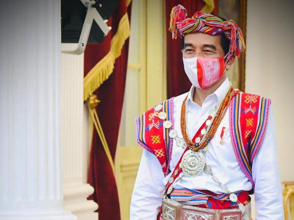 Dua Pakaian Adat yang Dikenakan Presiden Jokowi Sepekan Terakhir