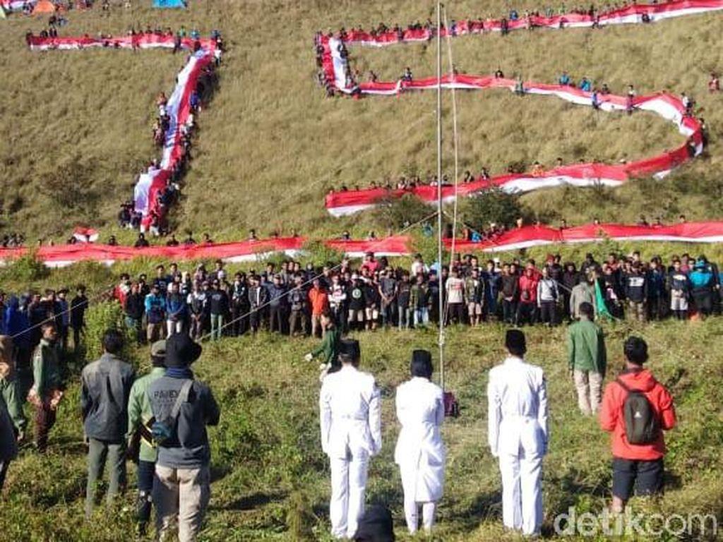 Bendera Merah Putih 1.200 Meter Hiasi Puncak Gunung Penanggungan di HUT RI