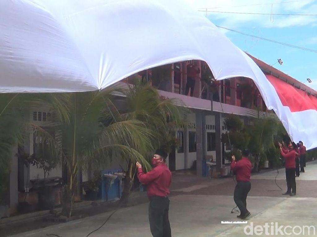 Gedung SMK di Kendal Ini Diselimuti Merah Putih Sepanjang 600 Meter