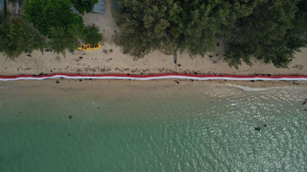 Kala Bendera Merah Putih Terpanjang di RI Berkibar