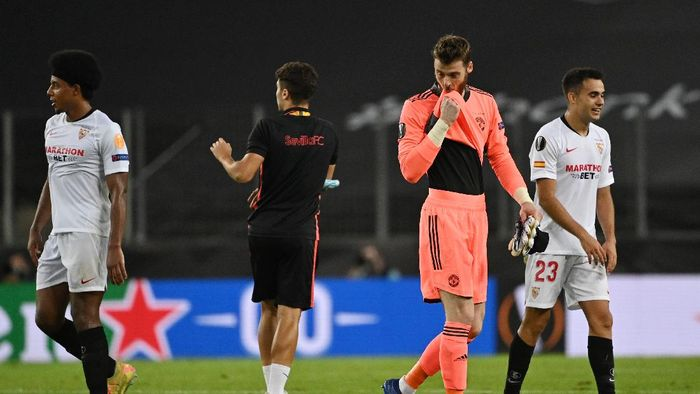 COLOGNE, GERMANY - AUGUST 16: David De Gea of Manchester United looks dejected following his sides defeat in the UEFA Europa League Semi Final between Sevilla and Manchester United at RheinEnergieStadion on August 16, 2020 in Cologne, Germany. (Photo by Ina Fassbender/Pool via Getty Images)