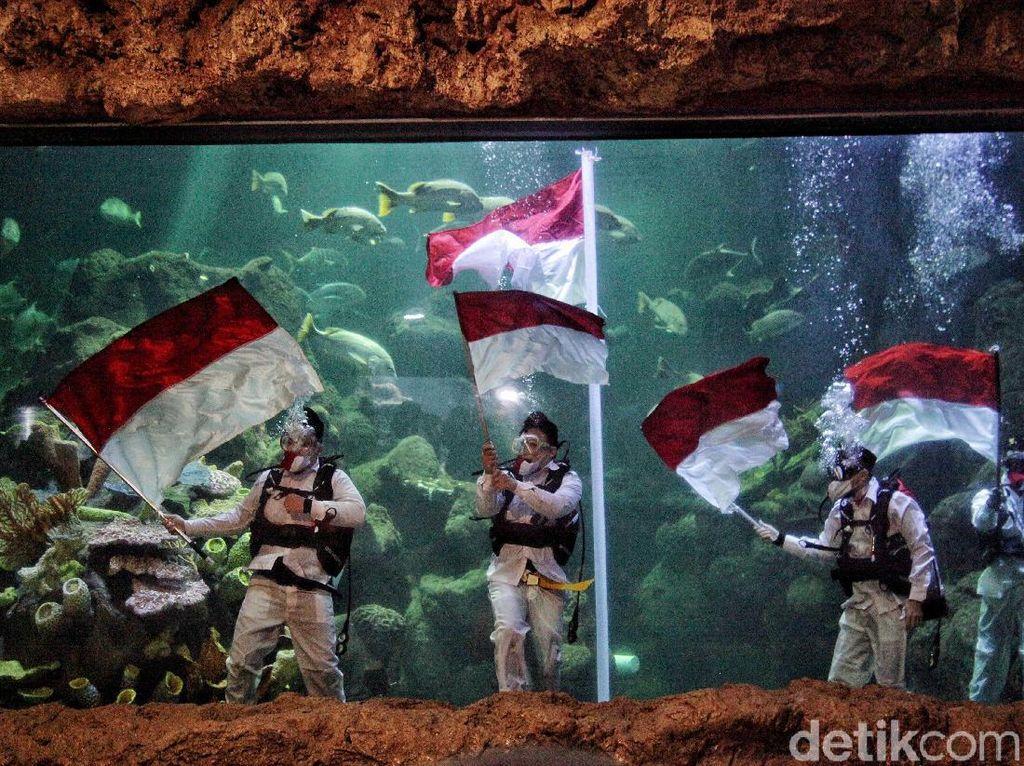 Momen Pengibaran Merah Putih di Sea World