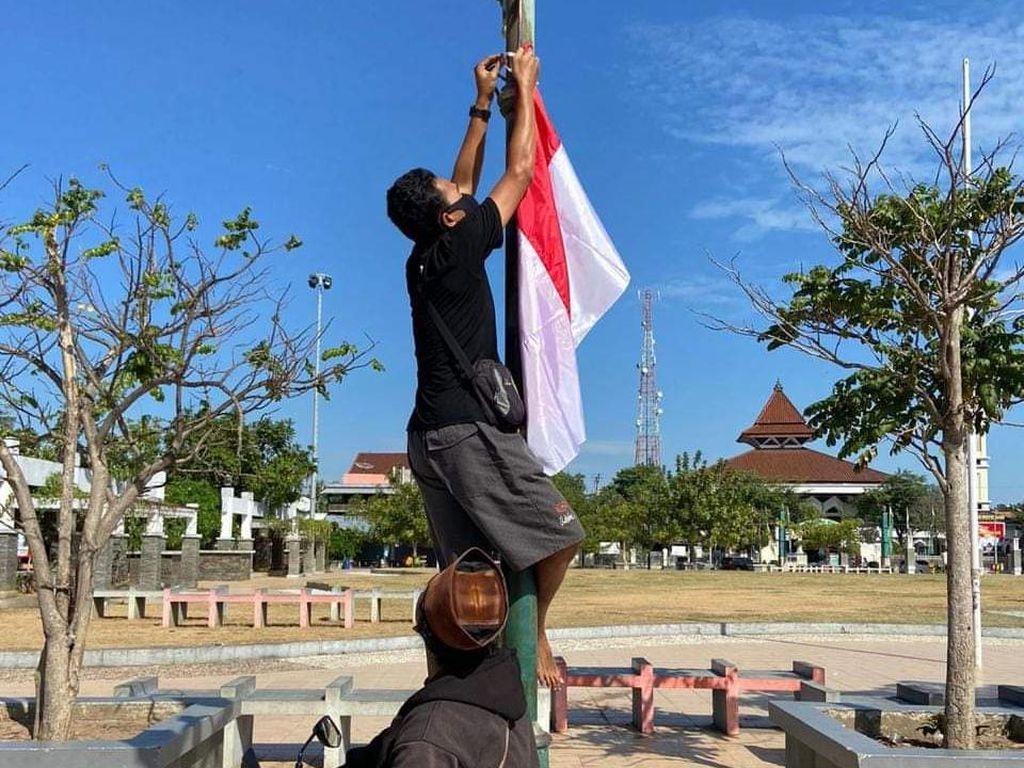 Dikritik Gus Mus, Para Santri Langsung Pasang Bendera di Alun-alun Rembang