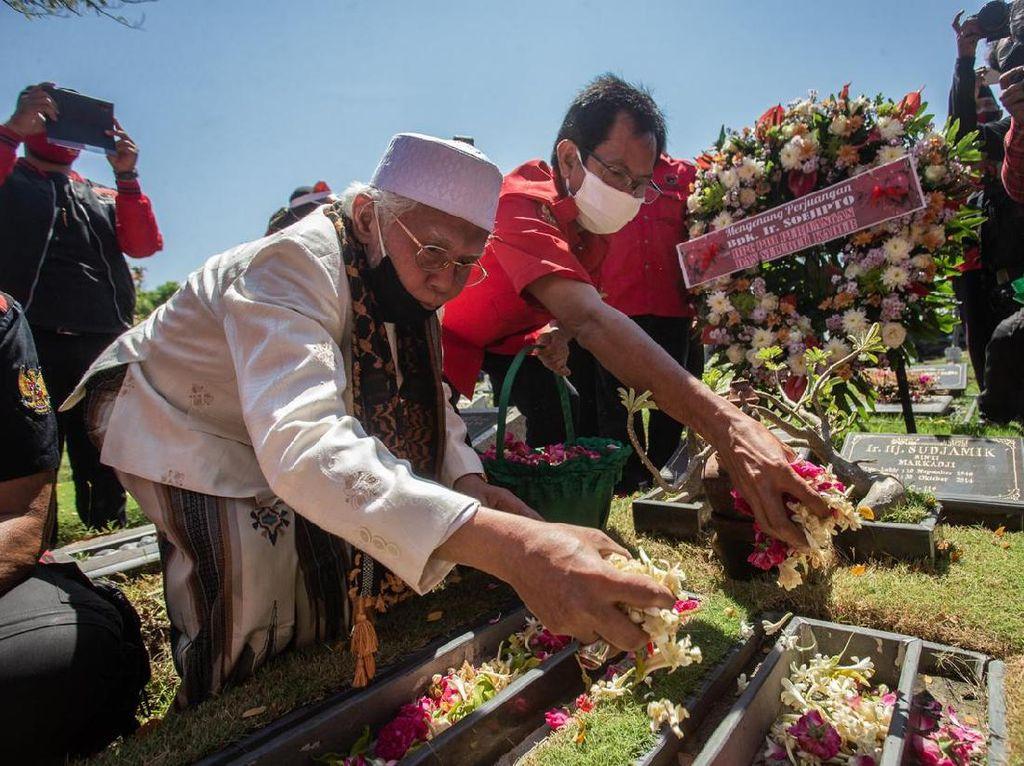HUT RI, PDIP Surabaya Ziarah Makam Pahlawan hingga Beri Penghargaan Veteran
