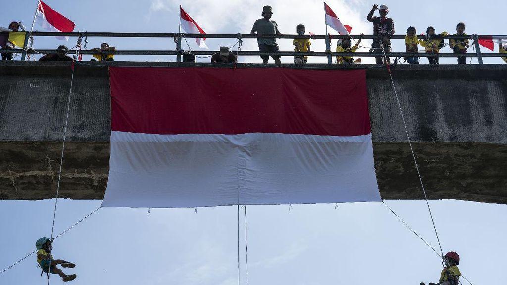 Keren! Pemanjat Anak di Jogja Ini Kibarkan Merah Putih