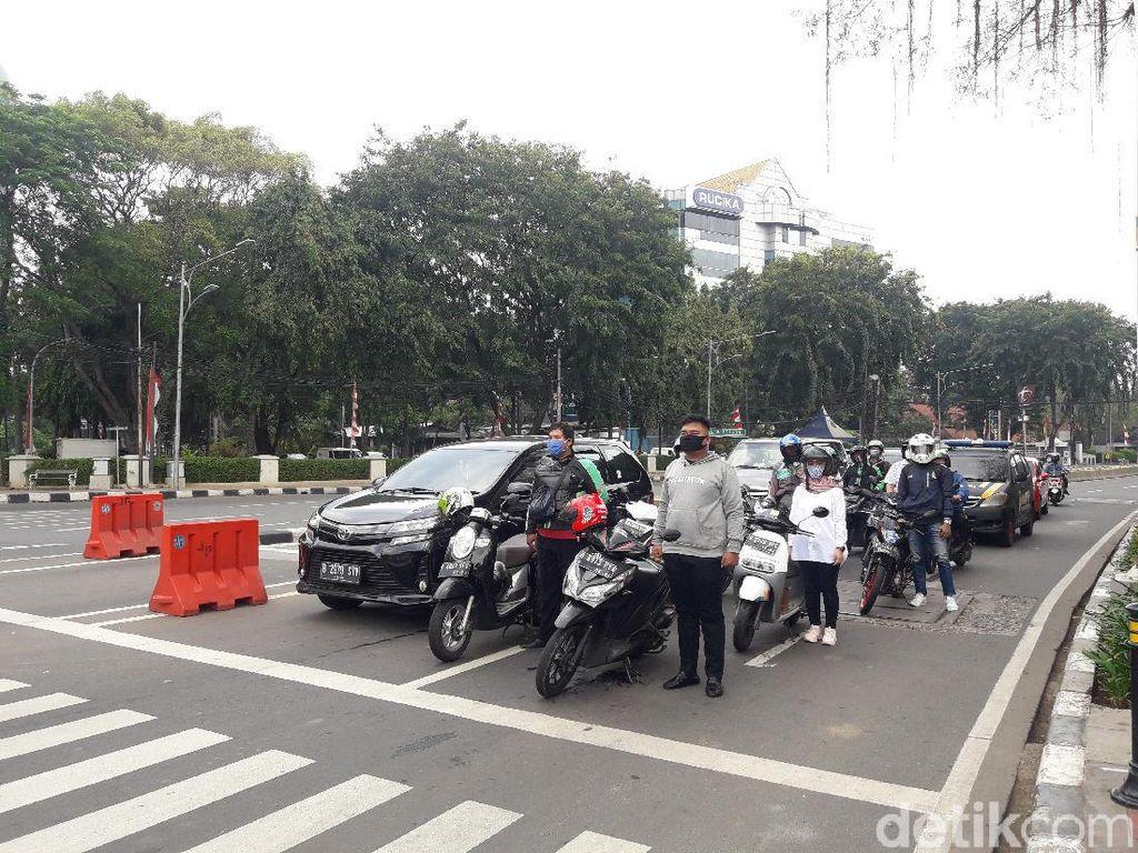 Momen Pemotor di Lampu Merah Tugu Tani Berdiri Sikap Sempurna Saat HUT RI