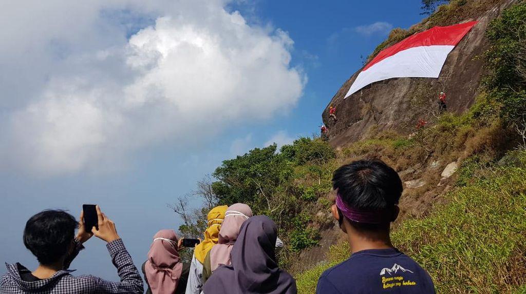 Pengibaran Bendera Merah Putih di Tebing Gunung Bongkok