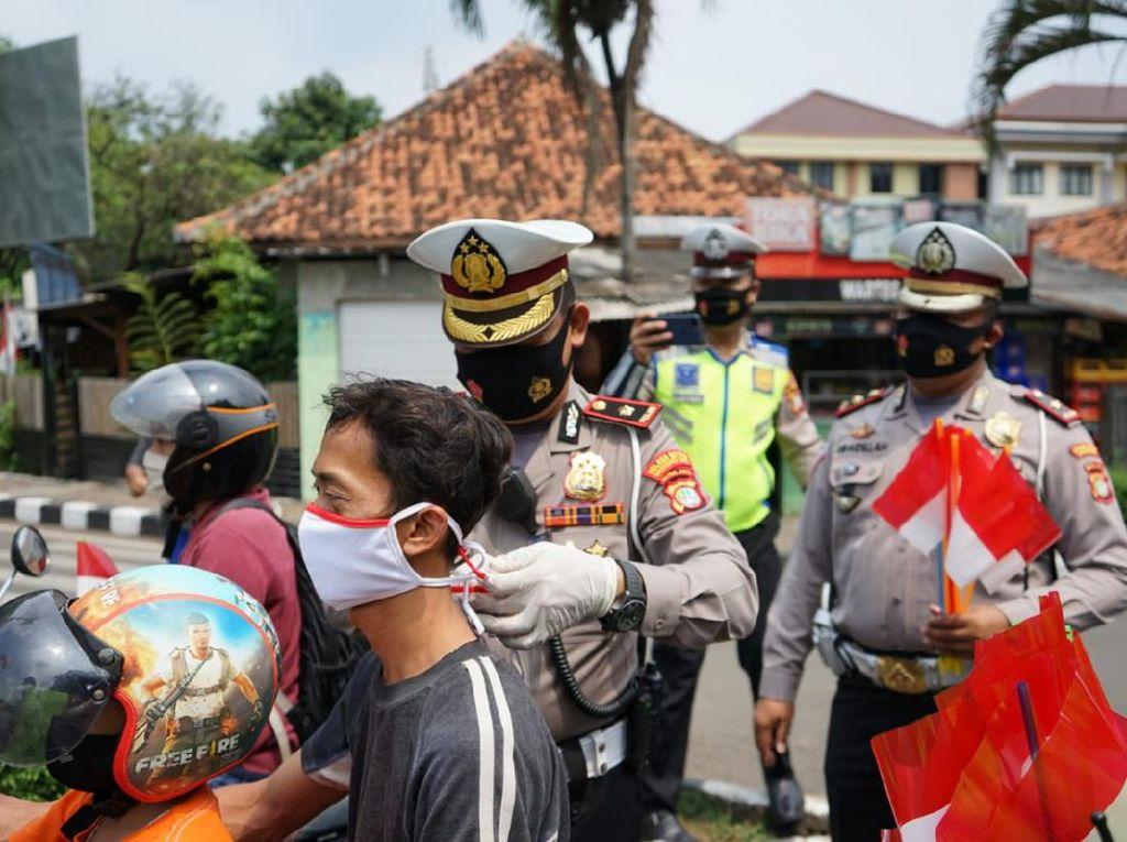 Polisi di Tangerang Bagikan Masker Merah Putih di Momen HUT ke-75 RI