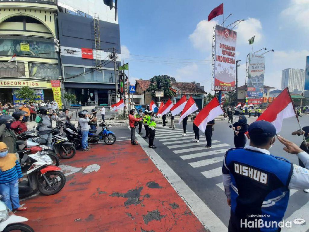 Khidmat, Begini Prosesi Pengibaran Bendera di Simpang TL Margonda Depok