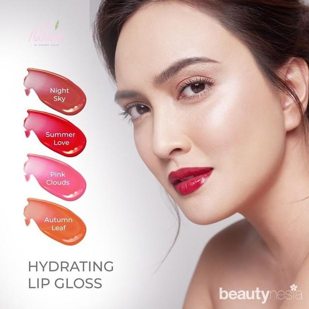 Produk-produk makeup yang dihadrikan berupa loose powder, hydrating lip gloss, eyeshadow, concealer dan lips check