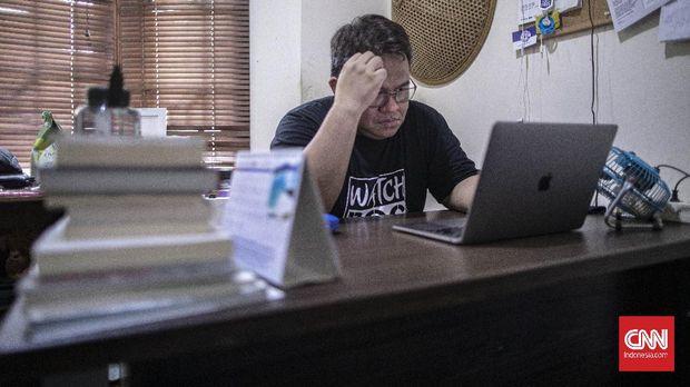 Aktivis sekaligus pemilik rumah produksi Watchdoc, Dandhy Dwi Laksono saat ditemui di kantor Watchdoc di kawasan Bekasi, Jawa Barat, Jumat, 14 Agustus 2020. CNN Indonesia/Bisma Septalisma
