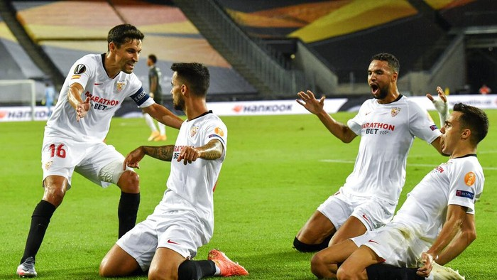 Sevillas Suso, second from left, celebrates with his teammates after he scored his sides first goal during an Europa League semifinal match between Sevilla and Manchester United, in Cologne, Germany, Sunday, Aug. 16, 2020. (AP Photo/Martin Meissner, Pool)