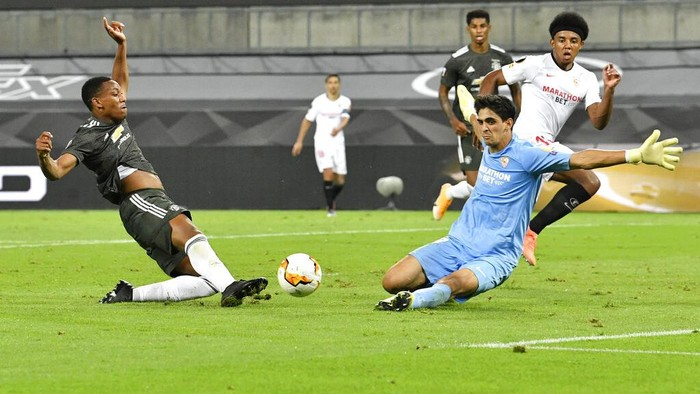 Manchester Uniteds Anthony Martial, left, tries to score past Sevillas goalkeeper Bono during an Europa League semifinal match between Sevilla and Manchester United, in Cologne, Germany, Sunday, Aug. 16, 2020. (AP Photo/Martin Meissner, Pool)