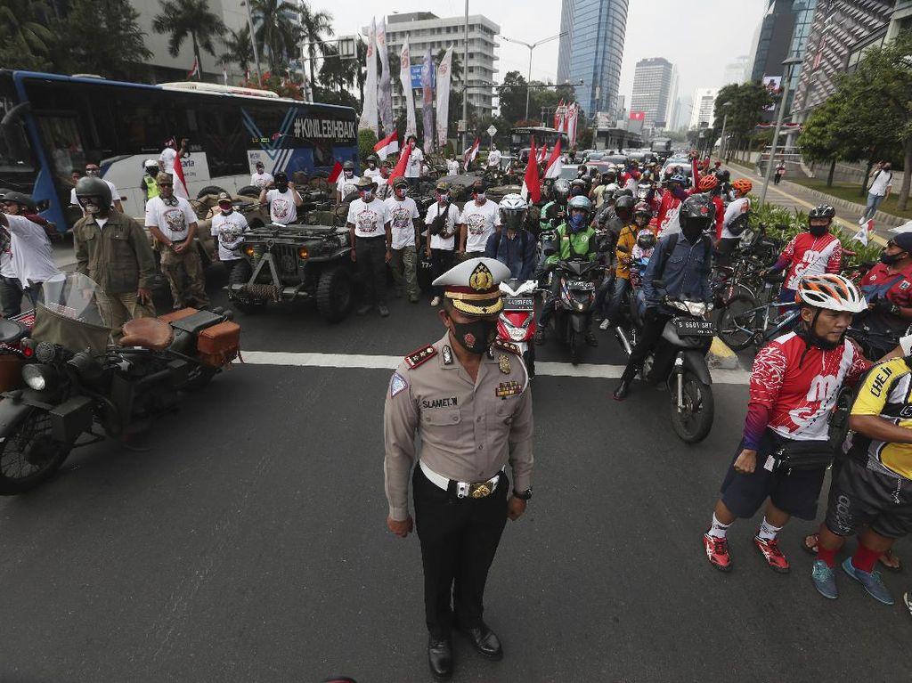 Momen Langka Rakyat Indonesia Sikap Sempurna: di Jalan hingga Kafe