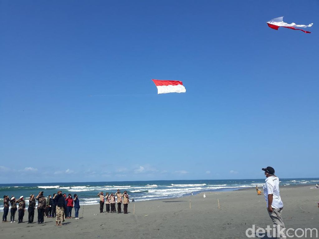Pegiat Layang-layang Terbangkan Merah Putih di Pantai Parangkusumo