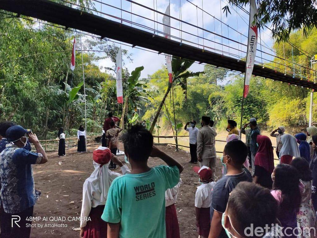 Puluhan Warga Jember Upacara di Bawah Jembatan Gantung 100 Meter