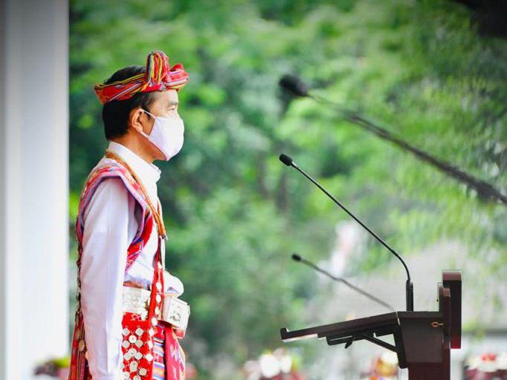 Tentang Kebiasaan Jokowi Kenakan Baju Adat di Sederet Momen Penting