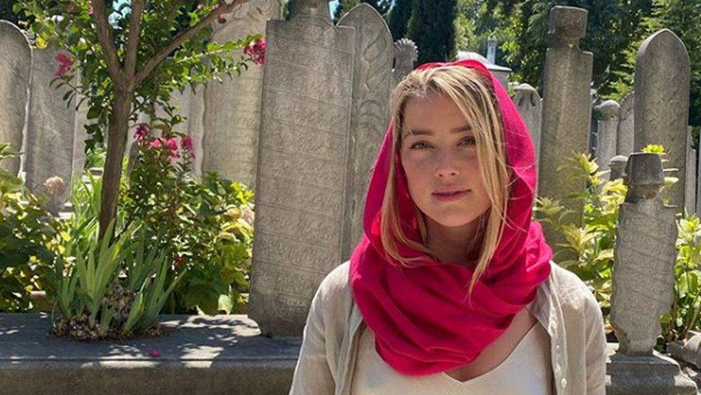 Liburannya Amber Heard yang Bikin Heboh Masjid di Istanbul