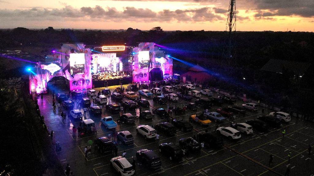 Asyiknya Nonton Konser Musik dari Dalam Mobil di Bali