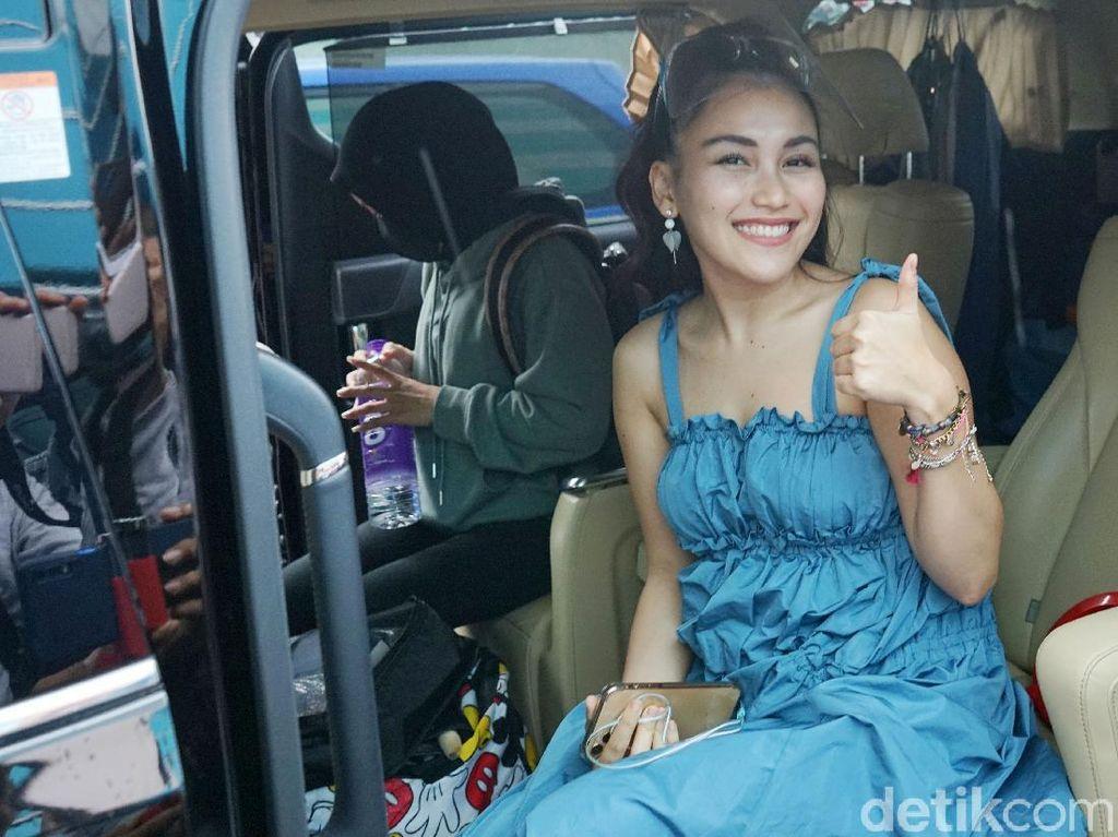 Ayu Ting Ting Pamer Bahu dengan Dress Biru