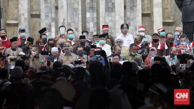 Elemen masyarakat mendeklarasikan secara resmi berdirinya organisasi Koalisi Aksi Menyelamatkan Indonesia (KAMI) di Tugu Proklamasi, Jakarta, Selasa, 18 Agustus 2020. KAMI menyiapkan delapan tuntutan untuk pemerintahan Presiden Joko Widodo. CNN Indonesia/Safir Makki
