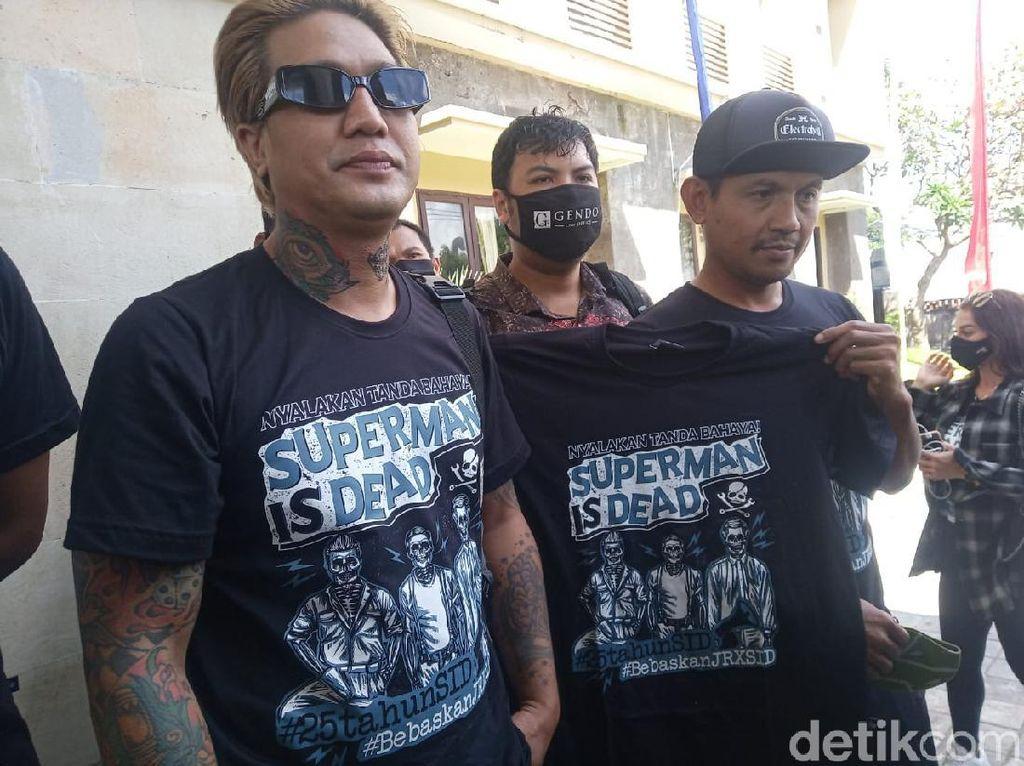 Pakai Kaus Nyalakan Tanda Bahaya, Bobby-Eka SID ke Polda Bali soal Jerinx