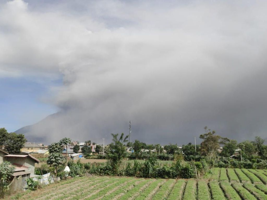 Gunung Sinabung Erupsi Menerus Pagi Ini, Kolom Abu Capai 1.000 Meter