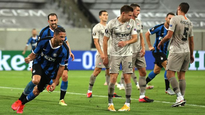 DUESSELDORF, GERMANY - AUGUST 17: Danilo DAmbrosio of Inter Milan celebrates after scoring his teams second goal during the UEFA Europa League Semi Final between Internazionale and Shakhtar Donetsk at Merkur Spiel-Arena on August 17, 2020 in Duesseldorf, Germany. (Photo by Lars Baron/Getty Images)