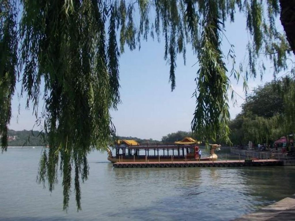 Birunya Danau di Istana Musim Panas Beijing