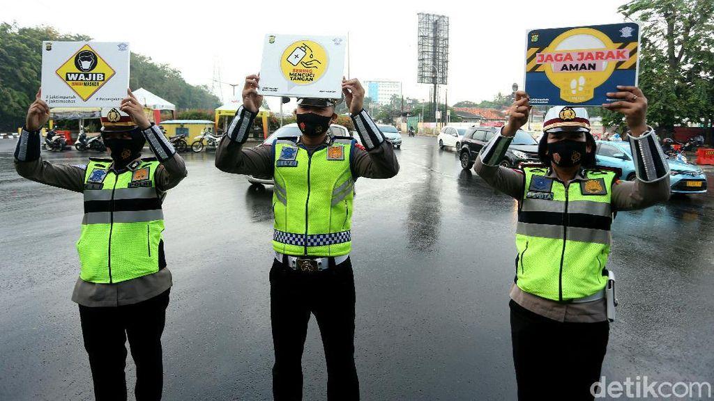 Pakai Masker-Bawa Poster, Polisi di Cawang Sosialisasi Cegah Corona