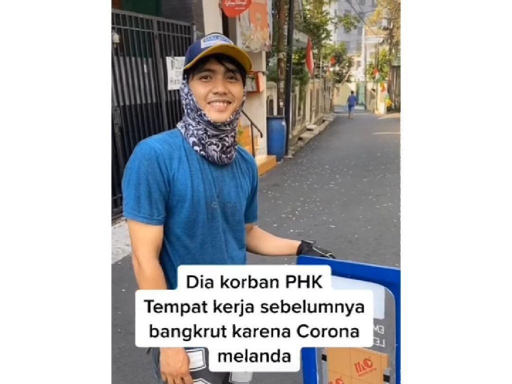 Kena PHK Karena Corona, Pria Ganteng Ini Rela Jualan Roti Keliling