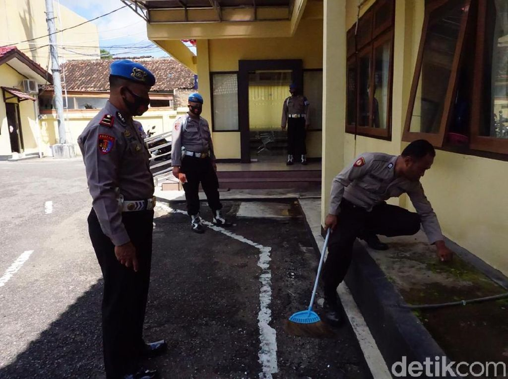 Kedapatan Tak Bermasker, Anggota Polisi di Pacitan Dihukum Menyapu