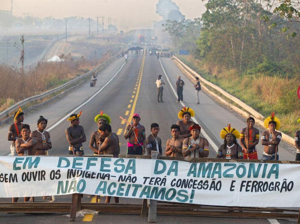 Suku Amazon Blokir Jalan Tuntut Bantuan Corona Pemerintah