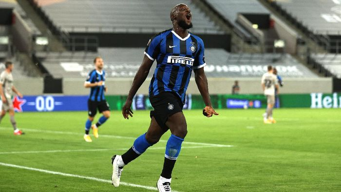 DUESSELDORF, GERMANY - AUGUST 17: Romelu Lukaku of Inter Milan celebrates after scoring his teams fifth goal during the UEFA Europa League Semi Final between Internazionale and Shakhtar Donetsk at Merkur Spiel-Arena on August 17, 2020 in Duesseldorf, Germany. (Photo by Lars Baron/Getty Images)