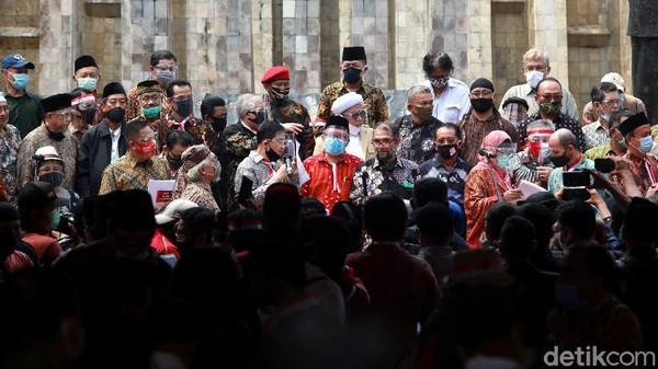 Sejumlah tokoh nasional deklarasikan Koalisi Aksi Menyelamatkan Indonesia (KAMI) di Lapangan Tugu Proklamasi. Din Syamsuddin-Gatot Nurmantyo hadir di acara itu.