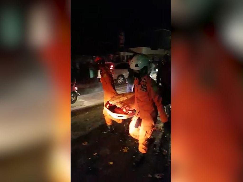 Truk Pikap Tabrak Pembatas Jalan di Nagreg, 1 Orang Terjepit Kendaraan