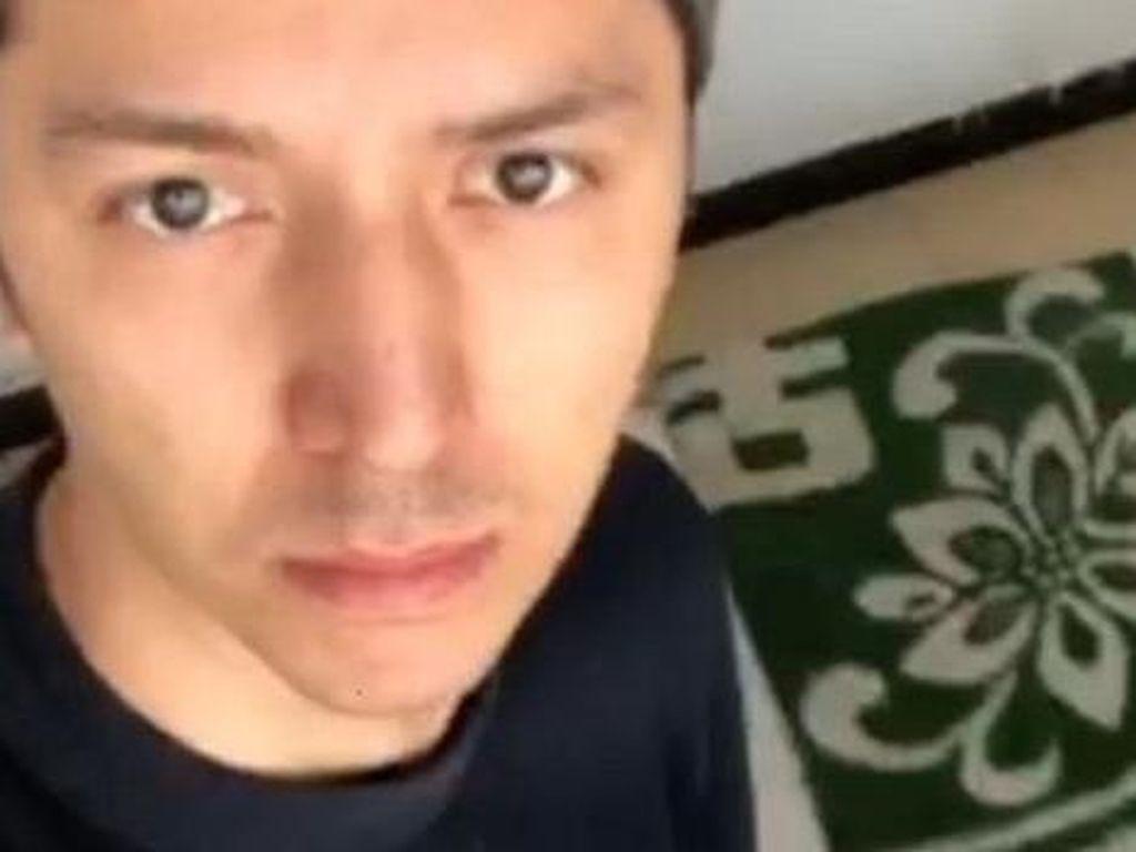 China Bela Penahanan Model Uighur yang Diborgol dan Ditutup Kepalanya