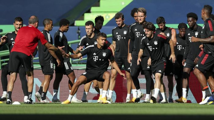 Bayern players exercise during a training session at the Jose Alvalade stadium in Lisbon, Tuesday Aug. 18, 2020. Bayern will play Lyon in a Champions League semifinals soccer match on Wednesday. (Miguel A. Lopes/Pool via AP)