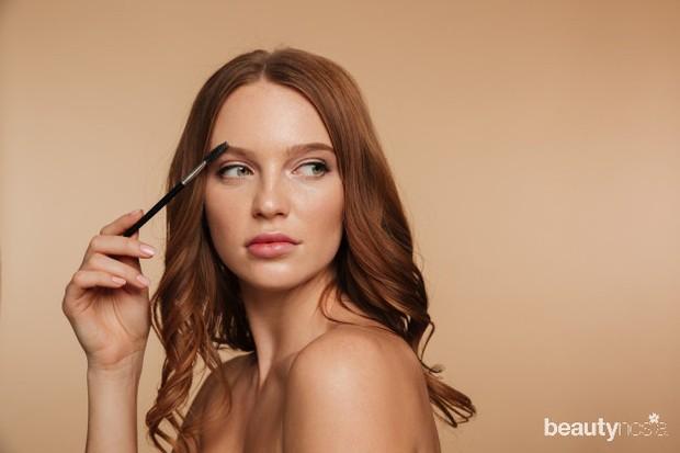Membuat alis natural bisa menggunakan maskara atau eyeshadow.