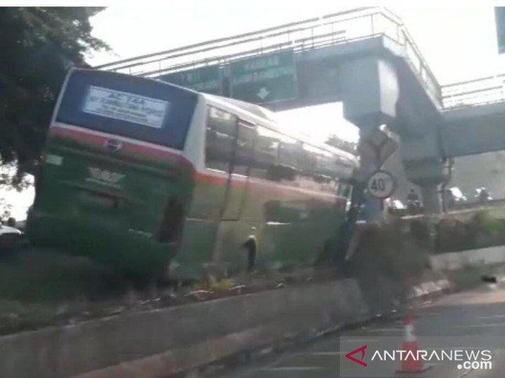 Bus Mayasari Bhakti Nangkring di Pembatas Tol di Jaktim, Lalin Tersendat