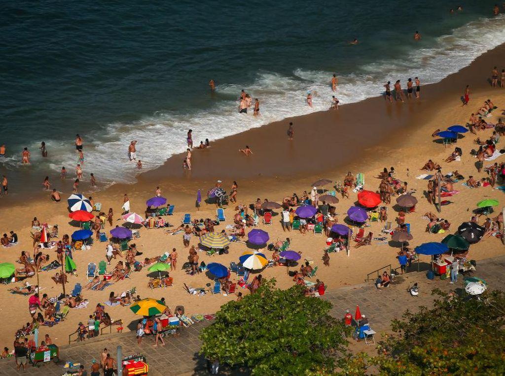 Warga Berkerumun di Pantai Walau Kasus Corona di Brasil Meningkat