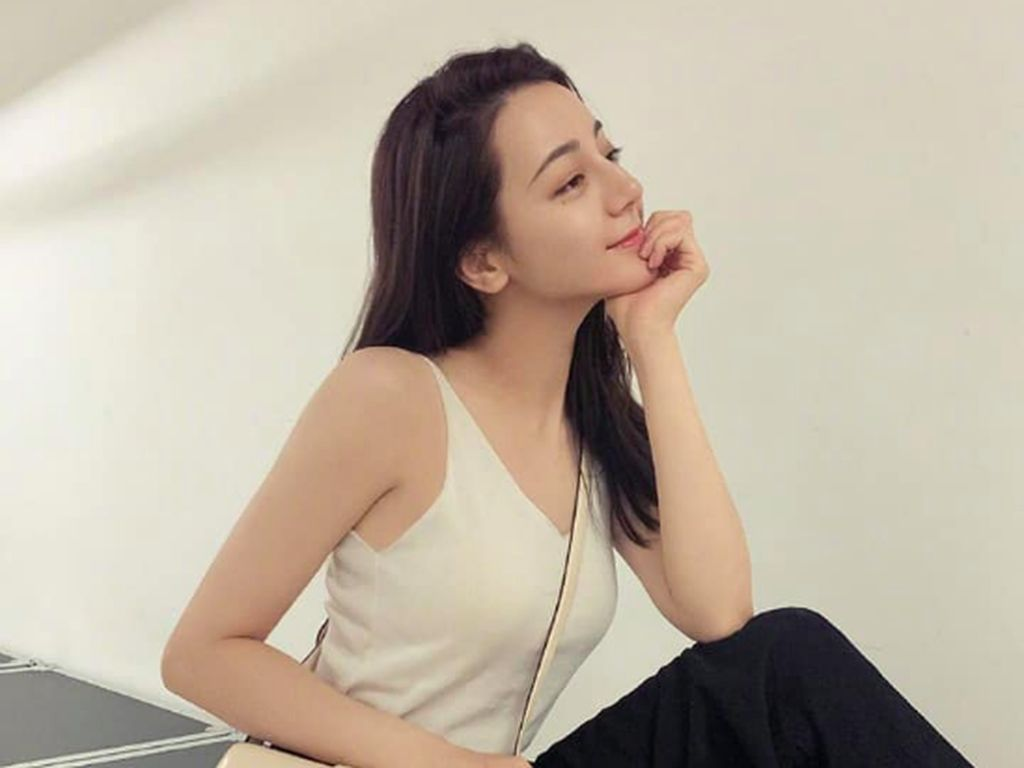 Gaya Dilraba Dilmurat, Wanita Tercantik Keturunan Uighur Nonton Fashion Show