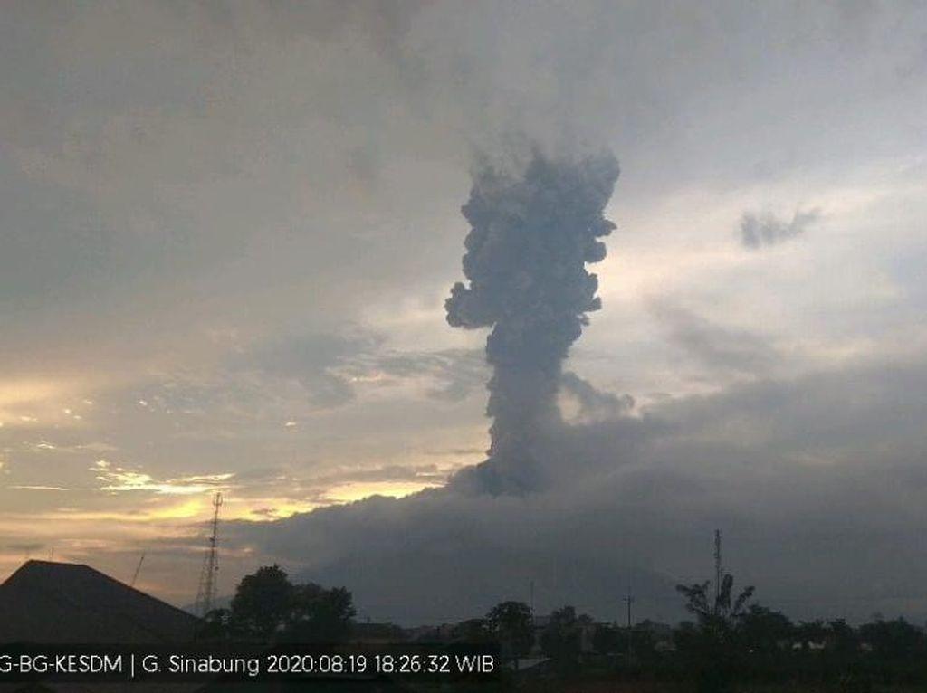 Gunung Sinabung Kembali Erupsi, Kolom Abu Tebal Membubung 4 Km