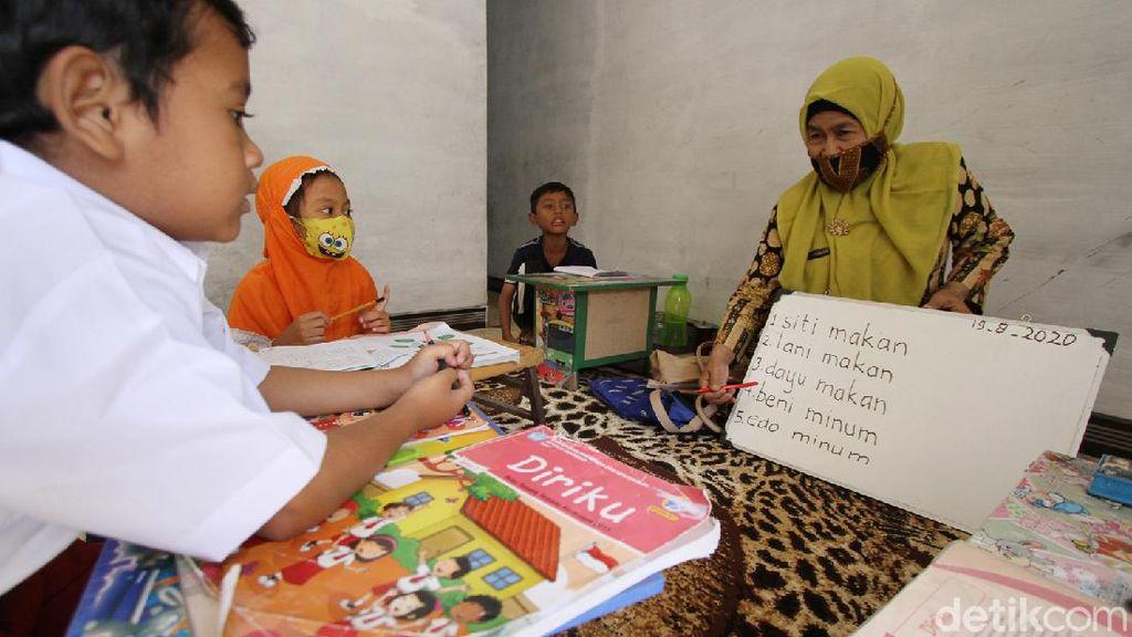 Guru SD di Solo Sambangi Rumah Muridnya Demi Pendidikan