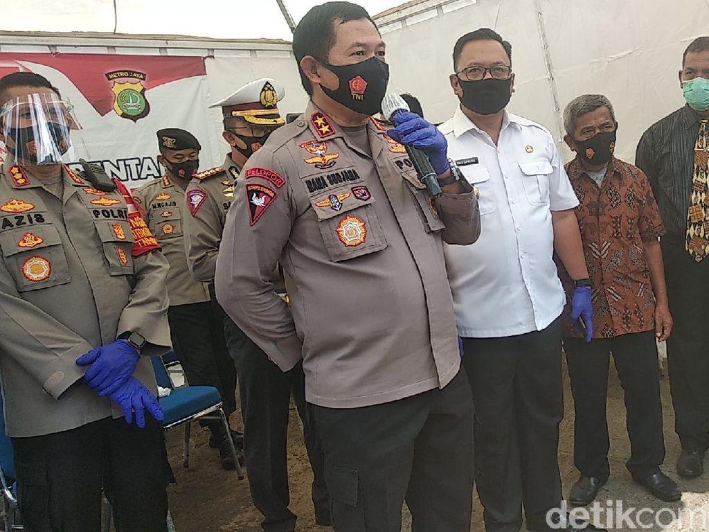 Kapolda Metro Bagikan Sembako-Masker di Pasar Kemiri Depok