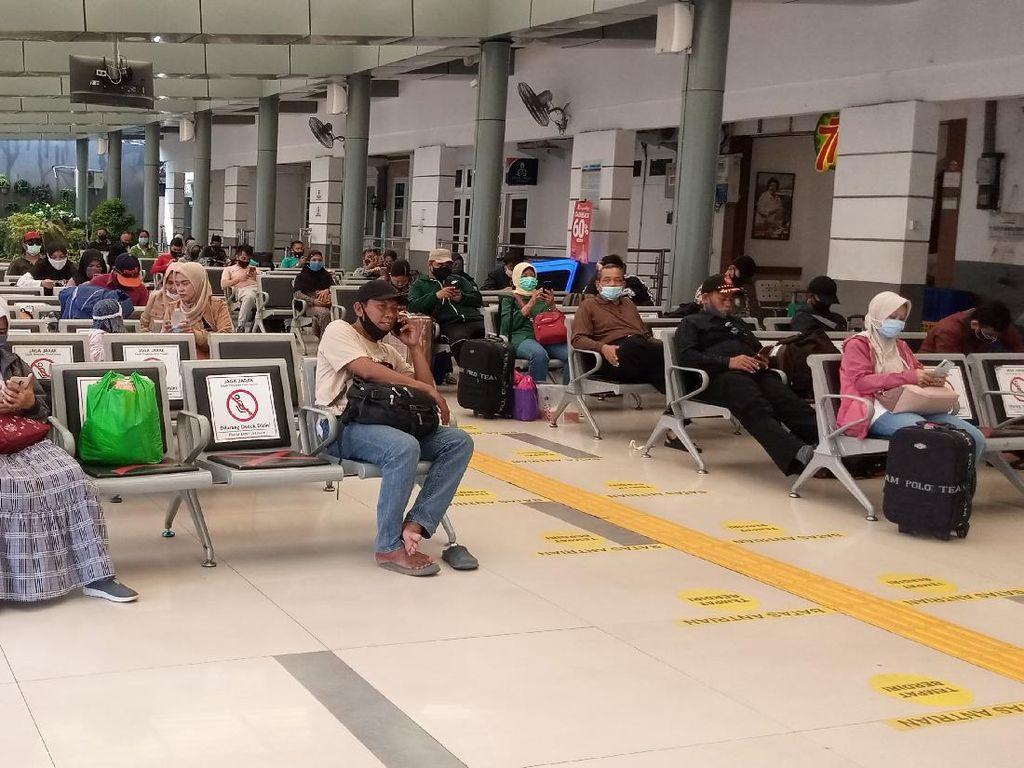 Jelang Long Weekend, Masyarakat Pulang Kampung dari Stasiun Senen