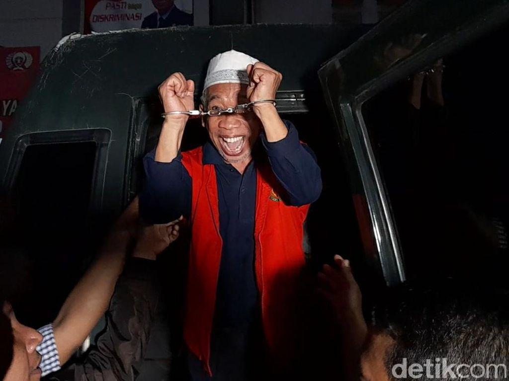 Dijebloskan ke Penjara, Nurul Qomar Diborgol dan Tebar Senyum Lebar
